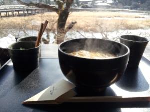 Un piatto fumante di soba con vista sul fiume non ha prezzo