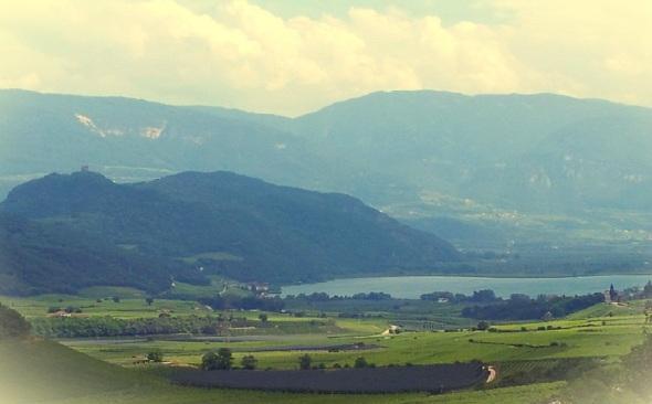 Il lago di Caldaro visto dal paese