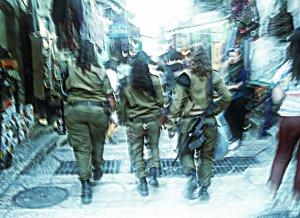 Soldatesse dirette al Muro del pianto