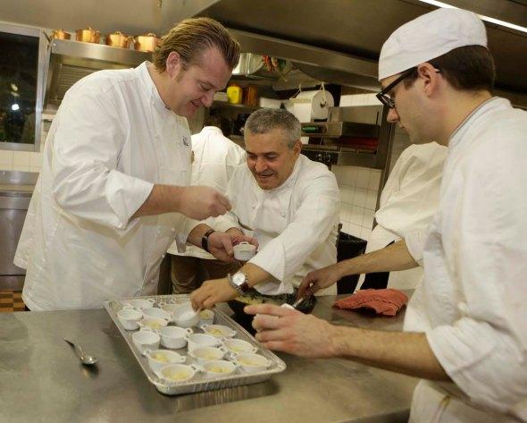 Michael White assieme a Valentino Marcattilii nella cucina del ristorante San Domenico (Foto IsolaPress)