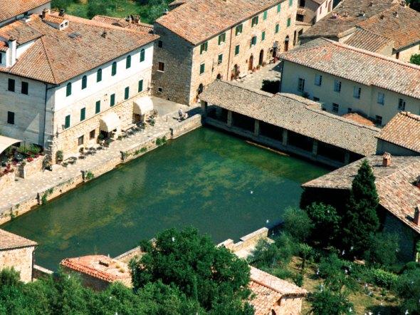 Bagno Vignoni (foto tratta dal sito www.albergoleterme.it)