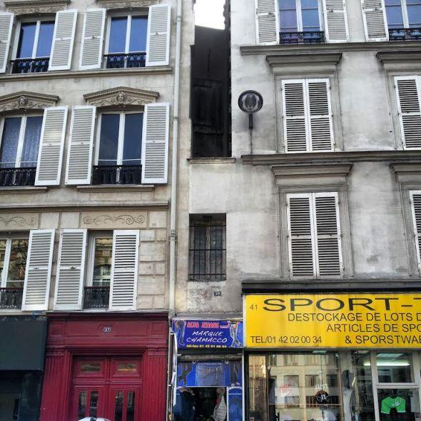 La casa più piccola di Parigi (quella in mezzo, più bassa)