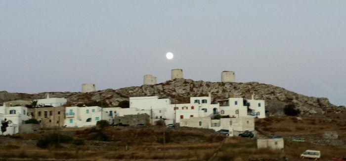 Luna sopra i mulini a Chora
