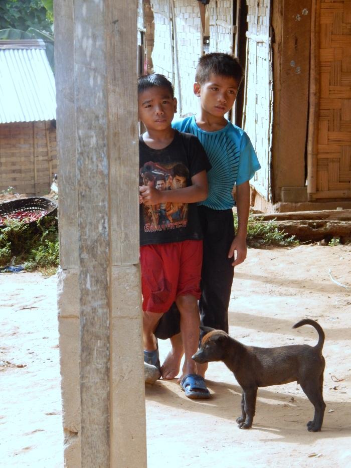 Bambini in un villaggio kamu