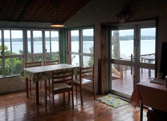 La sala da pranzo della guesthouse di Kabira Bay