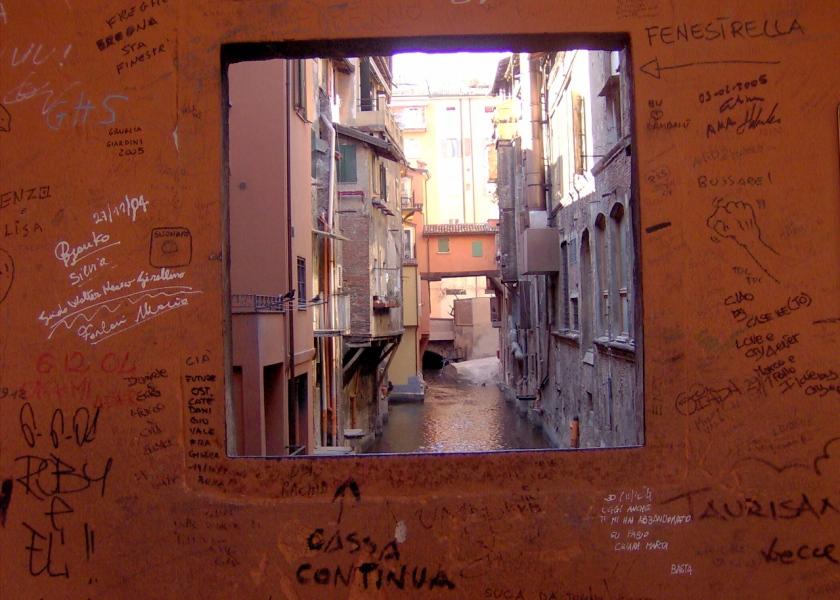 La finestrella di via Piella (Foto da commons.wikimedia.com)